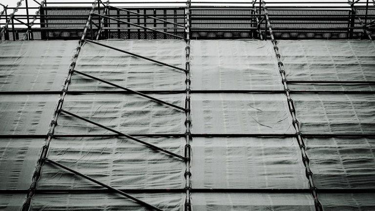 Szalunki ścienne – jaką rolę odgrywają w procesie budowy domu?